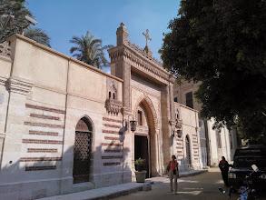 Photo: saliendo del muro, frente a la estación del metro y del otro lado del museo copto, la iglesia de la virgen...