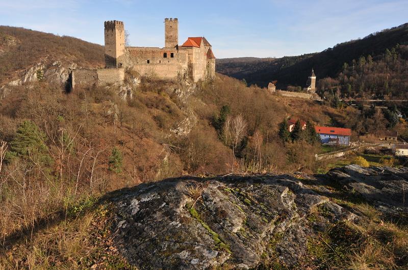 Photo: Regina Felsen – vypreparovaný vápencový ostroh obtékaný potokem Fugnitzbach nad městečkem Hardegg je známý vyhlídkový bod. Z ostrožny je jedinečný pohled na hradní komplex a skalní stěny Hardeggských skal na české straně.