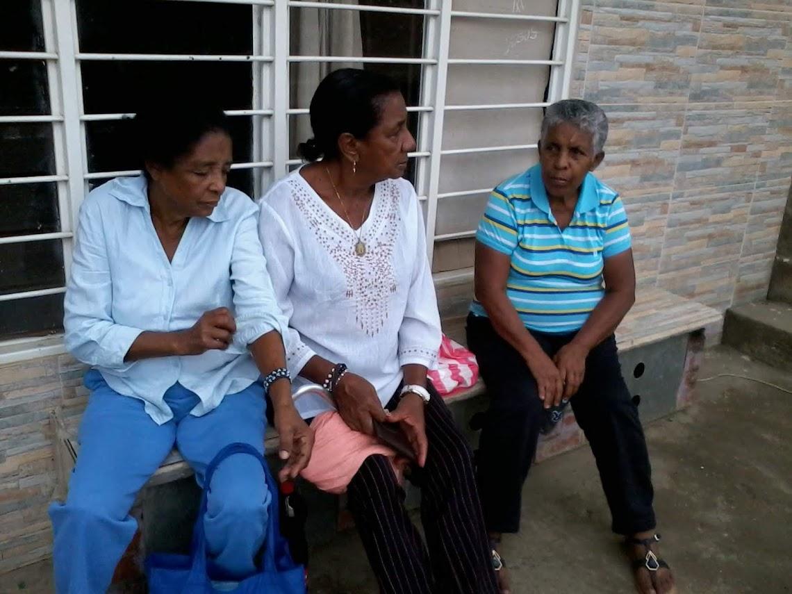 Tres señoras, de las más dedicadas al templo la Parroquia de Santa Josefina Bakhita, esperan la celebración de despedida del año del grupo de Pastoral Afro en El Hormiguero, Corregimiento del suroriente de Cali.
