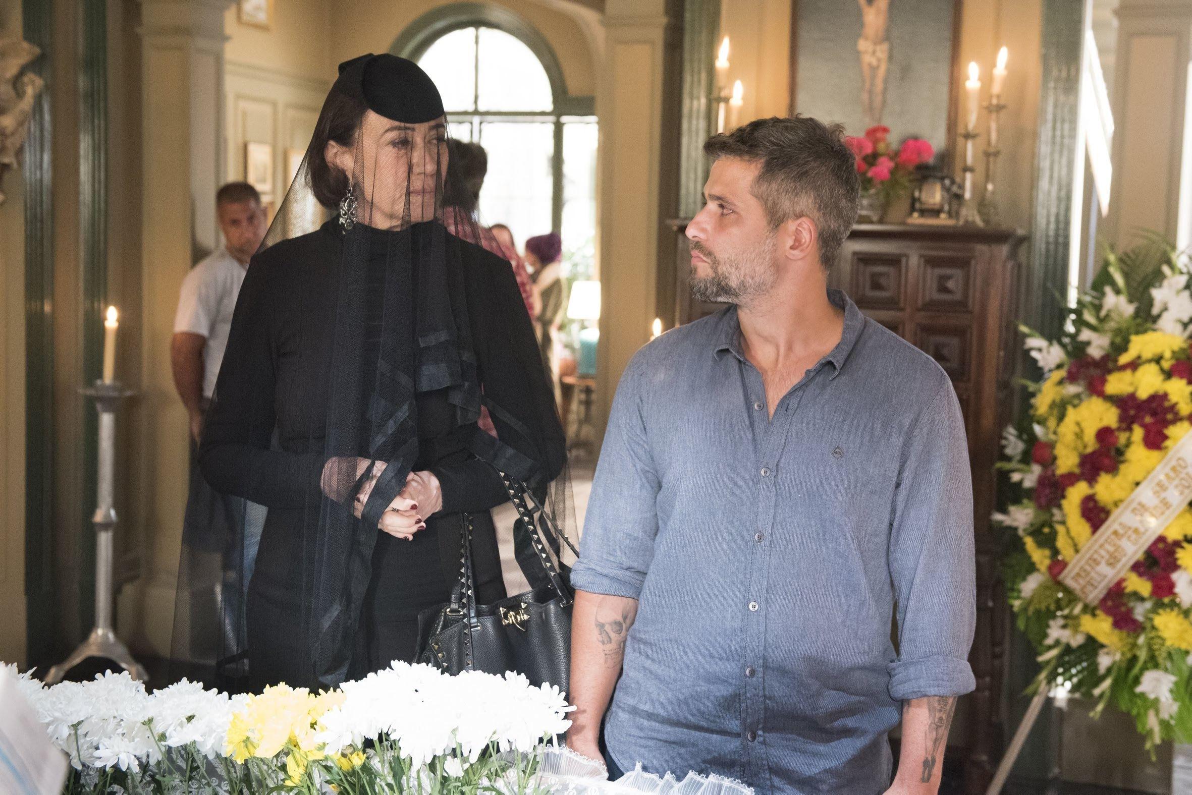 Valentina (Lília Cabral) sai da porta que leva a caverna e vê Gabriel (Bruno Gagliasso) quase debruçado no caixão de Egidio (Antonio Calloni), ela não esboça nenhuma emoção. Mãe e filho se reencontram