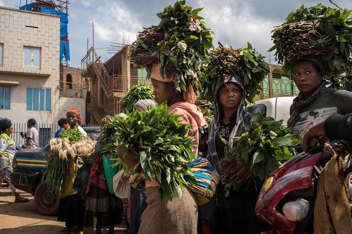 Mulheres nas ruas de Bukavu carregando plantas