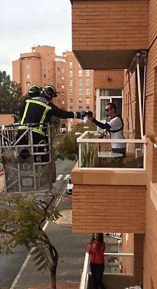 Los bomberos de Almería agradecieron a uno de sus vecinos su concierto diario durante el estado de alarma.