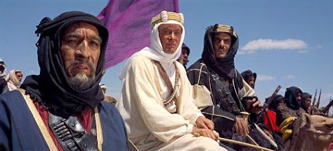 Photo: Aquecimento para a cena do massacre de Tafas: Anthony Quinn, Peter O'Toole e Omar Sharif.