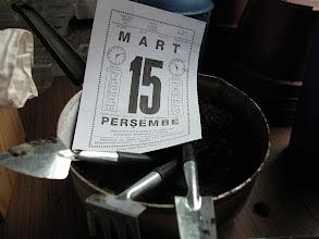 Photo: 15 Mart 2007. İlk dikim bugün. Pembe Candaner'in armağanı ev bahçıvanı aletleri hazırda... Selim Güleç'in yolladığı Hatay'dan Yüksel Atar tohumlarını çimlendireceğiz...