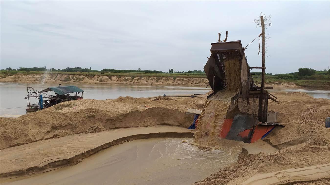 Dù trong thời gian hoàn thiện thủ tục nhưng mỏ cát, sỏi của Công ty Bình Minh vẫn bị một cổ đông ngang nhiên khai thác