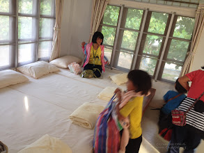 Photo: The happiness level is high while the girls enter in the room they are going to share for the night, after they will have visited the exhibitions at the Sirindhorn International Environmental Park and the Mrigadayavan palace, one of the masterpieces of royal palaces and Thai history.  ช่วงเวลาแห่งความตื่นเต้นหลังจากที่เด็กๆ ได้ไปดูนิทรรศการเกี่ยวกับรัชกาลที่หกที่พระราชวังนิเวศน์มฤคายวัน แล้ว พวกเขาก็เอาสัมภาระมาเก็บที่ห้องพัก  http://www.sirindhornpark.or.th/SIEPENG/index.html http://www.thailand-huahin.com/huahin-news/mrigadayavan-palace-chaam.htm