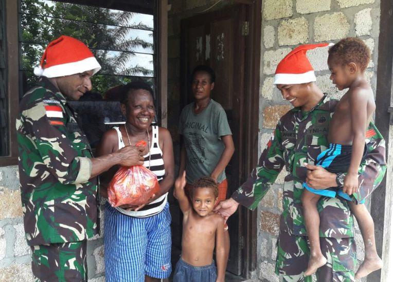 Natal Di Perbatasan RI – PNG, Prajurit TNI Berbagi Tali Asih Bersama Warga