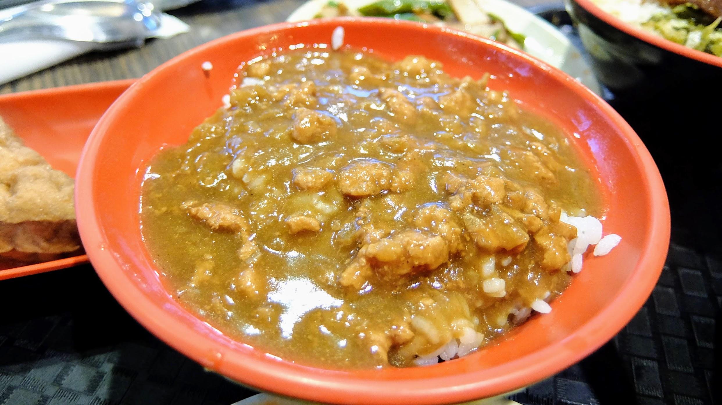 咖哩肉燥飯的醬汁有許多