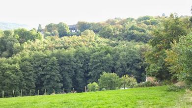 Photo: Der Kuhlerkamp (hier: zur Tückingschulstraße gehörende Wohnhäuser) vom Feldweg auf dem Krebsberg (nahe der Hochspannungsleitung) aus gesehen.