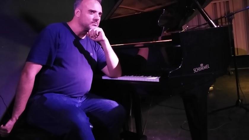 Calavera posando al piano de Clasijazz.