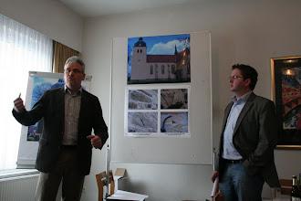 Photo: Herr Schulke vom Bauausschuss und Herr Dodt als Architekt berichteten über die im Frühjahr 2013 geplanten Massnahmen.