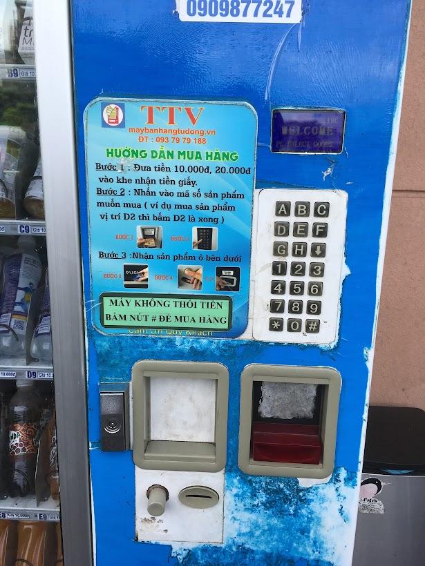 ベトナムで初めてみた自動販売機。ベトナムはコインがないので、コインじゃなくて紙幣を入れる仕様。