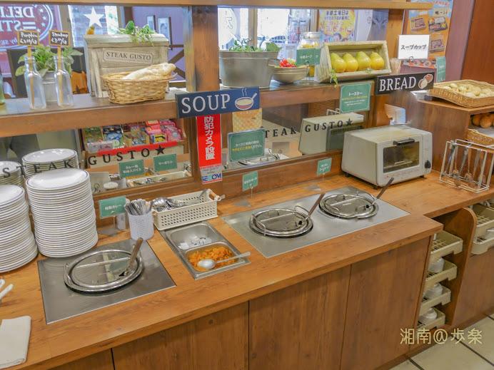 スープバー:焼き物が到着するまで、ミネストローネとフォカッチャ類を摘まむ
