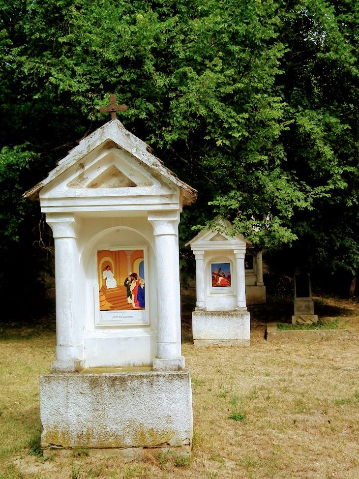 Bonyhád - Hétfájdalmú Szűz kálváriakápolna a keresztúttal