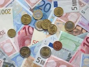 Geldscheine und -münzen.