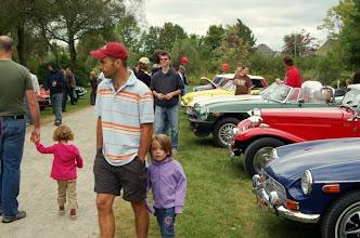 Photo: Les familles appréciaient bien nos voitures