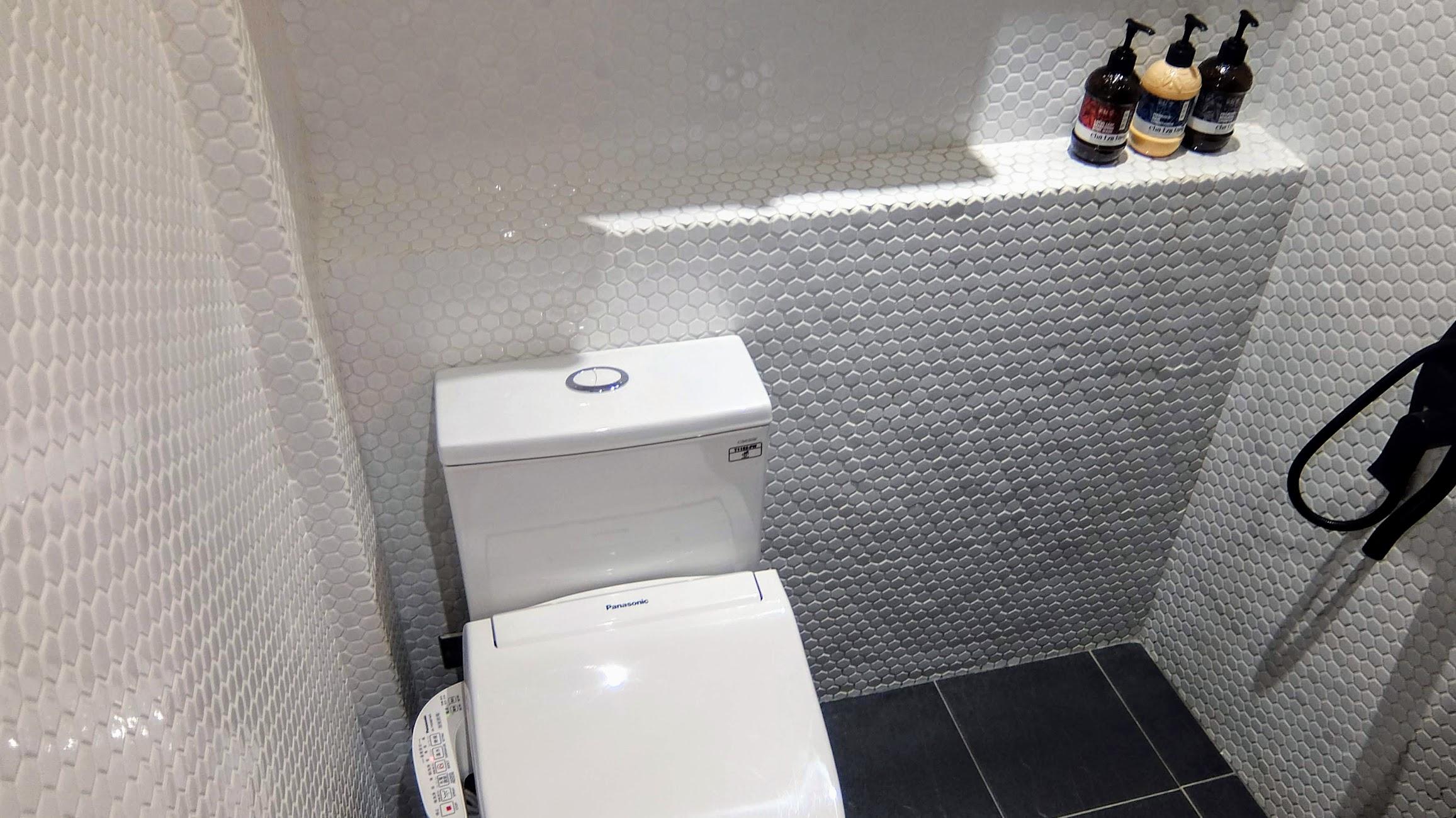 這一間房型是馬桶與淋浴的地方再一起,外頭用一個帘子擋住...