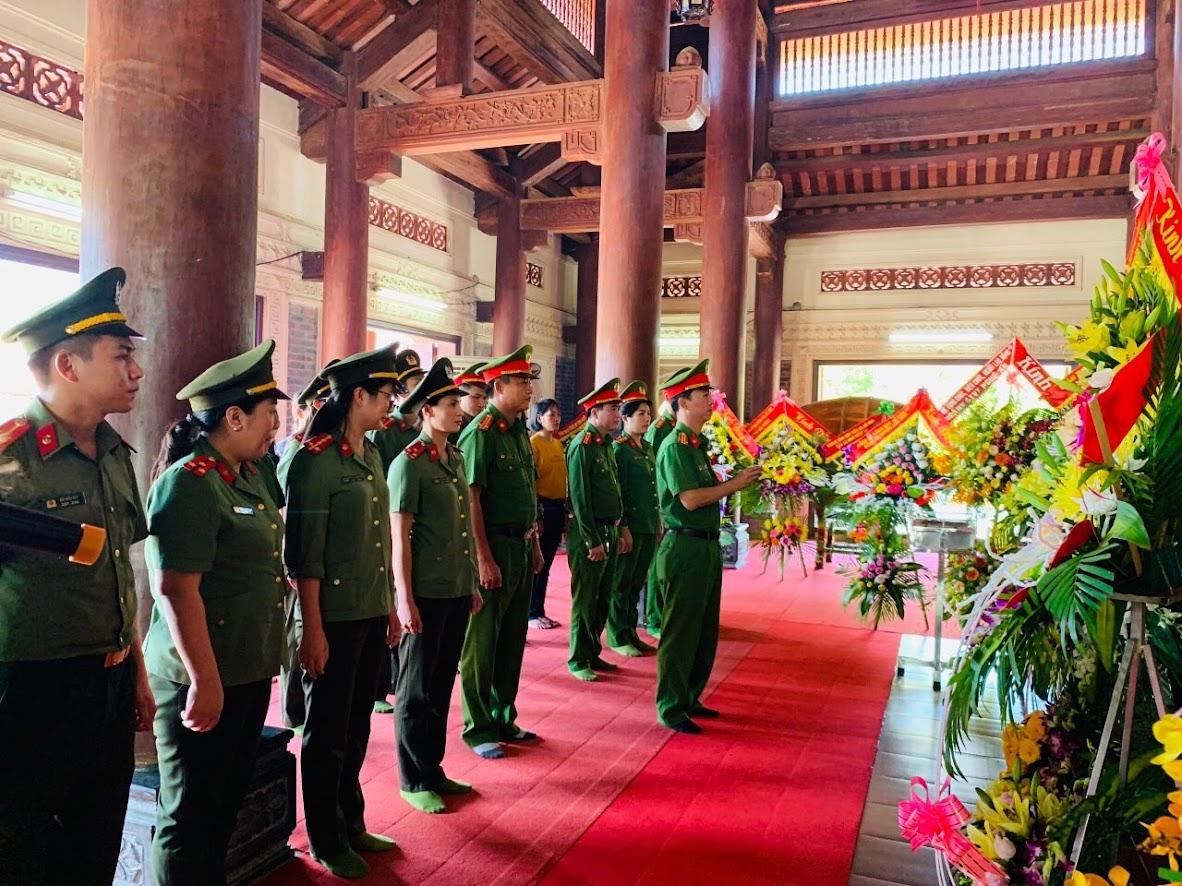 Trung tá Nguyễn Hữu Cường, Phó trưởng CATP Vinh dâng hoa  tại Khu di tích lịch sử Truông Bồn