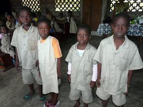 Photo: elle a la charge du parrainage d'une dizaine d'enfants défavorisés, auxquels elle apporte nourriture ou fournitures, grâce à un couple de Cérences que nous remercions très sincèrement