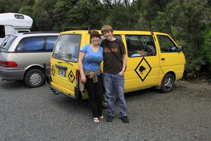 Mona und Tobi mit ihrem neuen Van