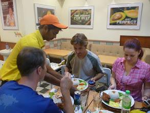 Photo: Slavnostní večeře v indonéské restauraci na uvítání třetí návštěvy z domova. Opět je jí Janča.