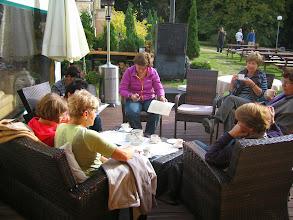 Photo: Pałac w Białokoszy ugościł nas po królewsku. Stosownie ubrani zasiedliśmy do przedobiedniej kawy.