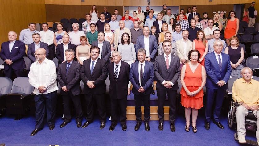 Foto de familia de autoridades y participantes en la Mesa del Cine, ayer en la UAL.