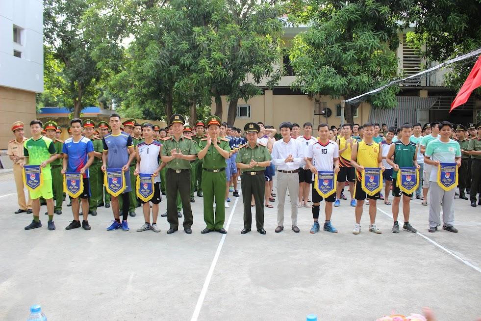 Ban tổ chức trao cờ cho các đội bóng tham dự