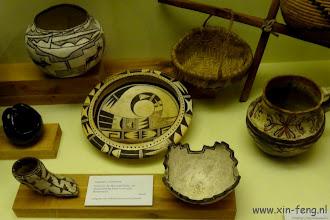 Photo: Prachtig gedecoreerd aardewerk van de Zuni