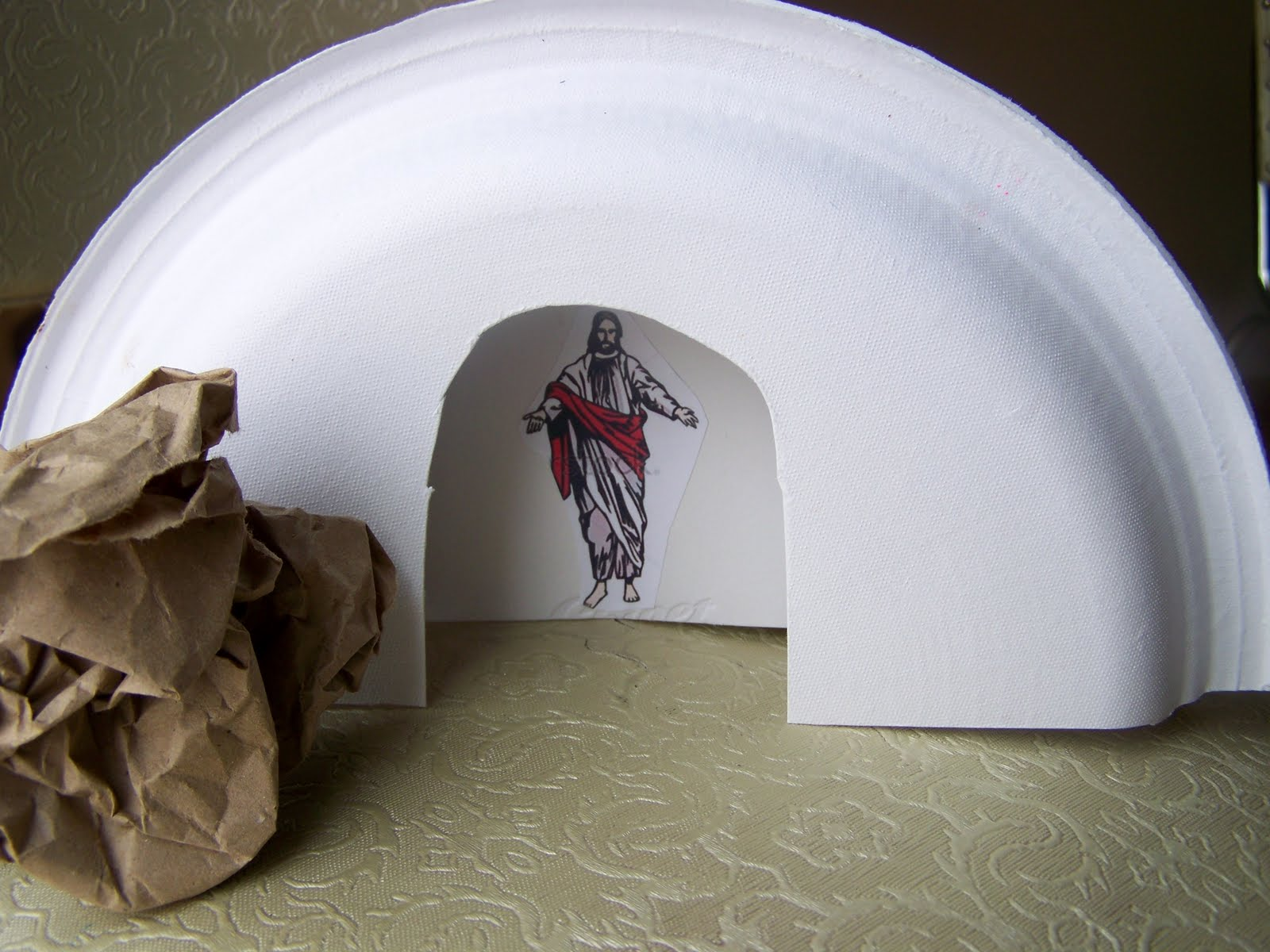 Paper plate tombs we talk of christ we rejoice in christ for Jesus is alive craft ideas