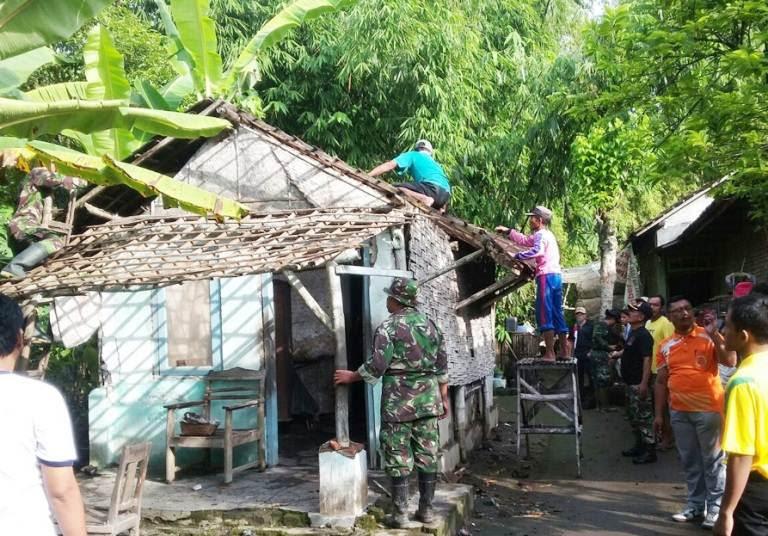 TNI bersama masyarakat lakukan renovasi rumah tak layak huni (RLTH)