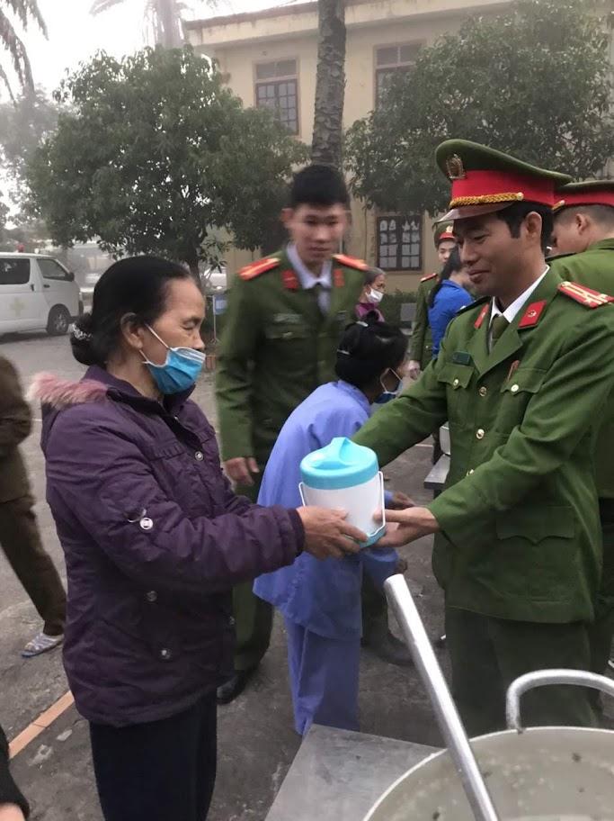 """Đồng chí Thượng tá Vũ Duy Nguyên, Phó Giám thị Trại tạm giam chia sẻ """"bát cháo tình thương"""" đến các bệnh nhân đang điều trị tại Bệnh viện Phổi Nghệ An"""