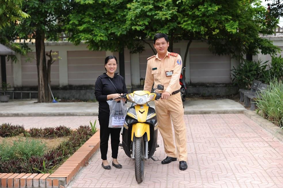 Thượng úy Nguyễn Tích Thuần, cán bộ Đội CSGT Công an huyện Nam Đàn trao trả lại chiếc xe máy sau 6 năm bị mất cho chị Trang