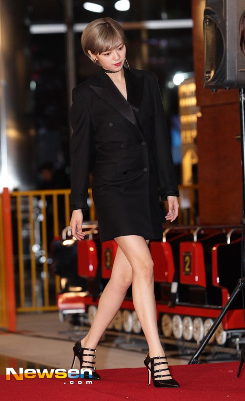 jeongyeon suit 17