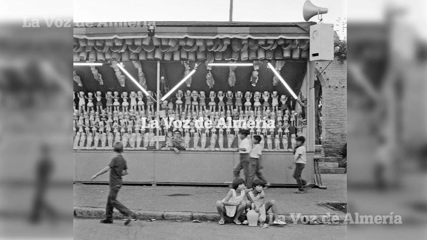 Unas niñas con el botijo del agua frente a la tómbola que estaba situada en el Parque, a la altura de las antiguas pérgolas.