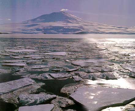 Таким видят вулкан Эребус те, кто подплывает к острову Росса