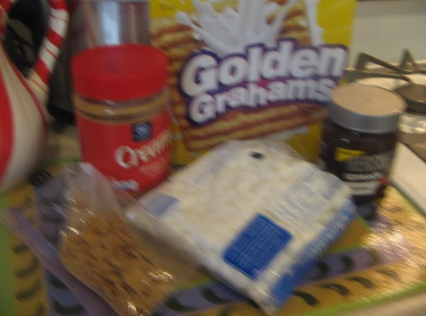 Place crushed golden graham cereal on the chocolate spread side of bread.