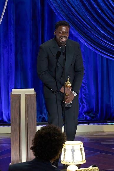 Daniel Kaluuya tras ganar el Óscar por Judas y el mesías negro.