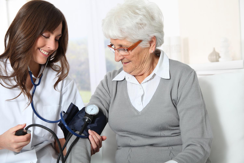 Hình ảnh điều dưỡng Đức khi đang chăm sóc sức khỏe người già