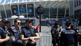 Policías, al lado del Olímpico de Kiev.