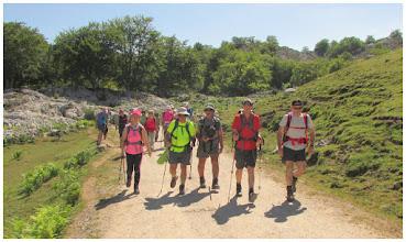 Photo: Parte de mis compañeros que encabezaban la marcha. Los alcanzo en este punto. Por el entorno de la vega La Cueva (más o menos).