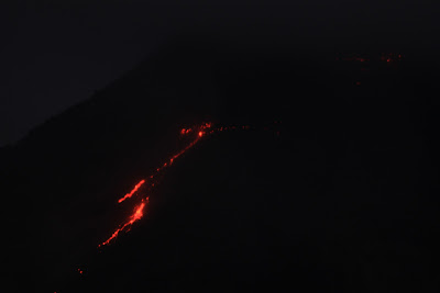 Lava en el volcán en Costa Rica