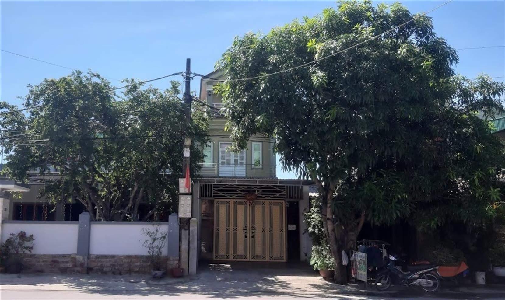 """Ngôi nhà của bố mẹ Lê Như Phúc, nơi các nạn nhân gần đây  thường xuyên đến gây áp lực đòi lại tiền đã treo biển """"bán nhà"""""""
