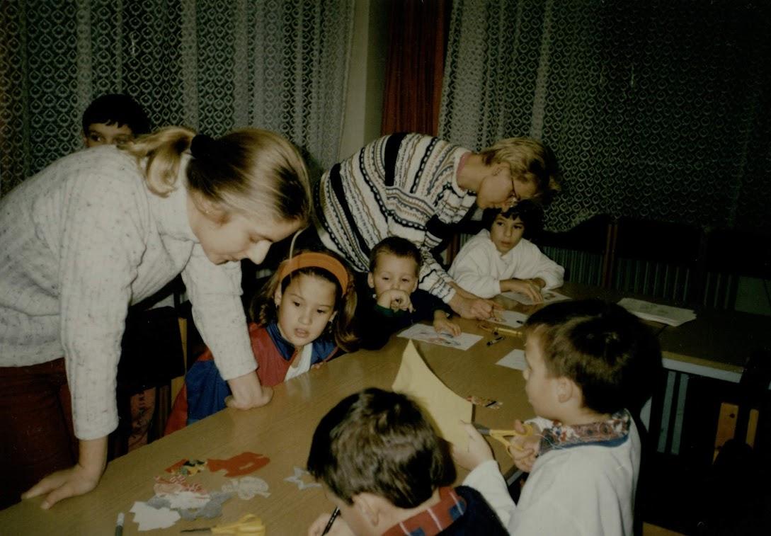 Vetélkedő gyerekek a könyvtárban