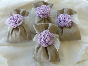 Photo: Sacchetti in misto lino con fiore realizzato all'uncinetto