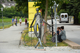 Photo: Przed mostem pomnik rowerzysty.