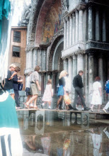 Photo: 90年9月アクア・アルタのサン・マルコ寺院入り口。こんなに水が…僕はどこから撮った?全然覚えてない…思い出した。当然一方通行で入り口と出口は別、つまり出口の足場から撮っている