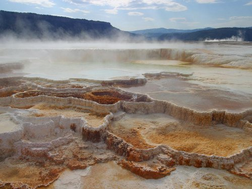 Mammoth Hot Springs, Yellow Stone, USA. By RePublicDomain.com