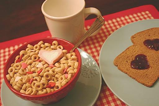 como decorar una mesa de san valentin para un desayuno