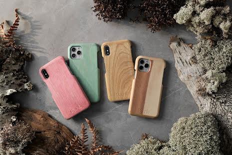 Mobilskal till iPhone 11 av svenskt hyggefritt trä, natur eller färg